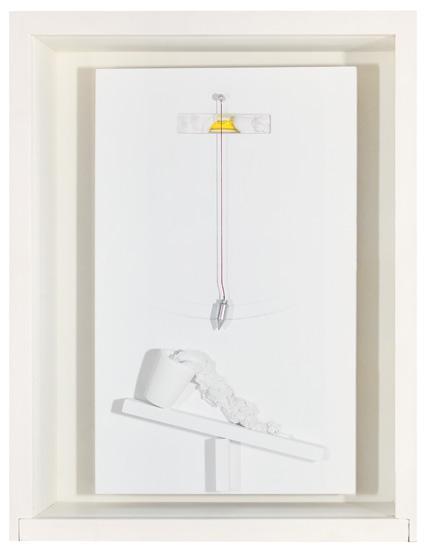 Victor Grippo. Cercando la luce (Buscando la luz), 1989. Yeso pintado, hilo rojo, perno de metal. Plomada, nivel, madera pintada, en caja de madera pintada y vidrio. 44 x 35 x 11 cm.