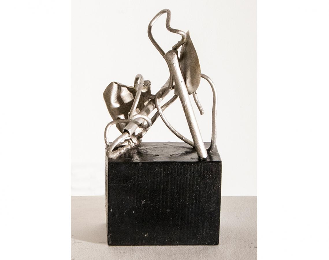 Juan Del Prete. Sin título, 1933. Alambre, chapas y caños esmaltados sobre base de madera pintada. 33 x 20,5 x 15,5 cm.