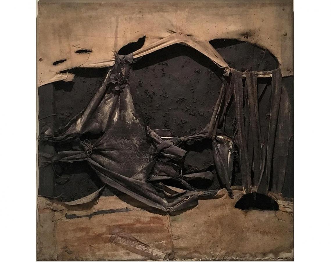 Noemi Di Benedetto. Murciélago, 1962. Tela con tensores y nudos encolada y pintada.100 x 100 cm.